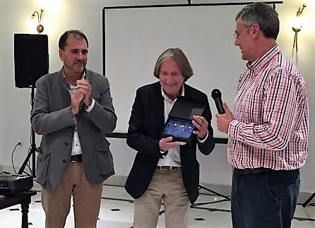 D. José Luís Tejada recibiendo la Placa de nuestra Sociedad.